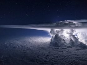 Pilot-Flies-Above-The-Thunderstorm-To-Get-A-Perfect-Shot-Of-It-At-37000-Feet-577fab1cf05ed__880