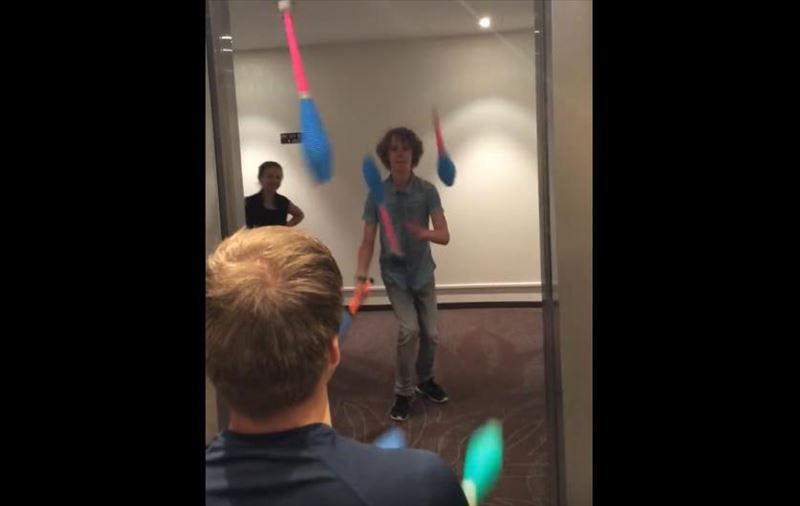 friends-juggle-in-an-elevator-4_r