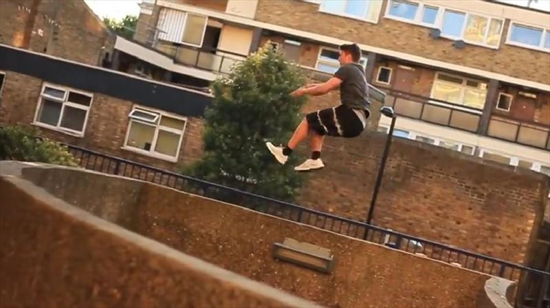 guy-shows-off-flashy-parkour-skills_r