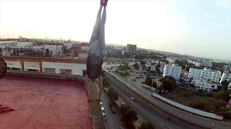 performs-handstand-on-the-edge-6_r