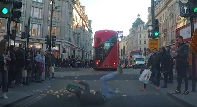 clumsy-chef-trips-and-drops-potatoes-everywhere-dashcam-london-4_r