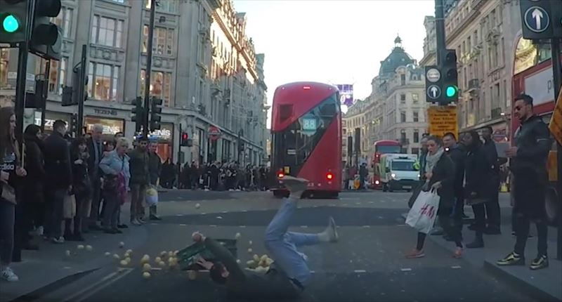 clumsy-chef-trips-and-drops-potatoes-everywhere-dashcam-london-5_r