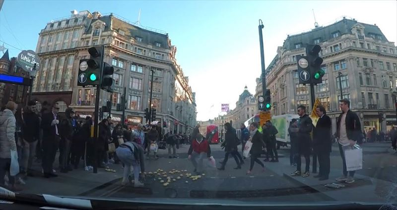 clumsy-chef-trips-and-drops-potatoes-everywhere-dashcam-london-6_r