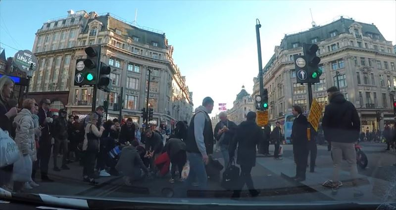clumsy-chef-trips-and-drops-potatoes-everywhere-dashcam-london-8_r