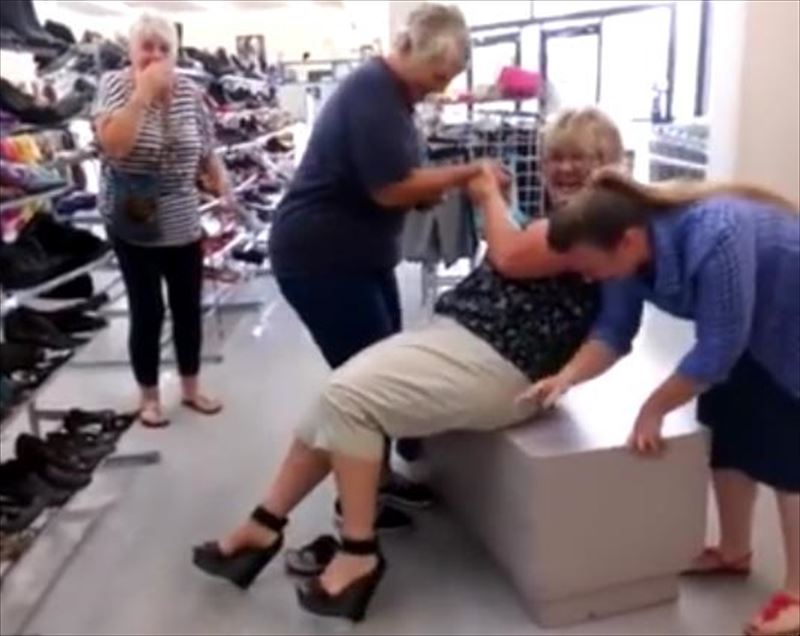 mom-wipes-out-trying-on-heels-9_r