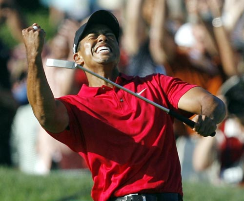 Tiger Woods celebrates after making birdie on the 18th hole to force a playoff with Rocco Mediate during the fourth round of the U.S. Open golf championship at Torrey Pines in San Diego June 15, 2008.     REUTERS/Matt Sullivan (UNITED STATES)/2008-06-16 10:10:49/   Copyright 2004 Yonhap News Agency All rights reserved.